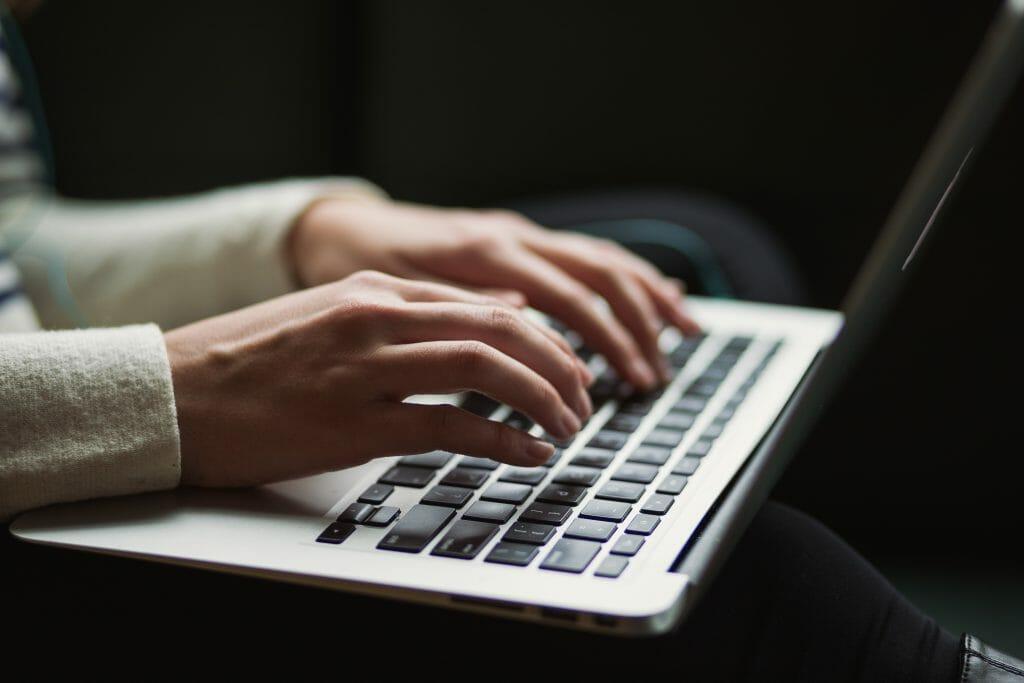 writing-money-making-blog-on-laptop